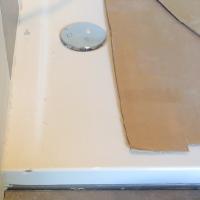 Schaden durch einen schweren herabgefallenden Gegenstand auf die Acrylduschewannenrand